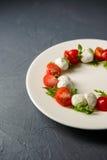 Καλλιεργημένη φωτογραφία της caprese σαλάτας στοκ φωτογραφία