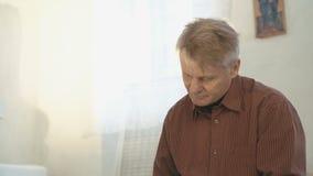 Καλλιεργημένος ηληκιωμένος που διαβάζει ένα παλαιό βιβλίο φιλμ μικρού μήκους