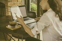 Καλλιεργημένος πυροβολισμός της γυναίκας στον καφέ που λειτουργεί στο φορητό προσωπικό υπολογιστή της και Στοκ φωτογραφίες με δικαίωμα ελεύθερης χρήσης