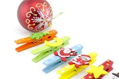 Καλλιεργημένο σύνολο εικόνας συνδετήρα υφασμάτων με το εικονίδιο διακοσμήσεων Χριστουγέννων με την κόκκινη σφαίρα Στοκ Φωτογραφία