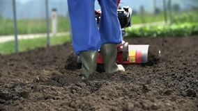 Καλλιεργώντας το έδαφος με τα μηχανοποιημένα εργαλεία σε αργή κίνηση απόθεμα βίντεο