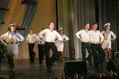 Καλλιτέχνες απόδοσης, soloists στρατιωτών και χορευτές του τραγουδιού και σύνολο χορού της βορειοδυτικής στρατιωτικής περιοχής Στοκ φωτογραφίες με δικαίωμα ελεύθερης χρήσης