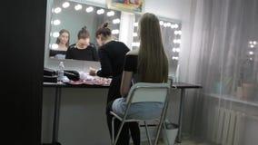 Καλλιτέχνης ή πρότυπο Makeup που προετοιμάζεται πριν από την απόδοση και photoshoot Αποτελέστε τον καλλιτέχνη προετοιμάζει το έξο απόθεμα βίντεο
