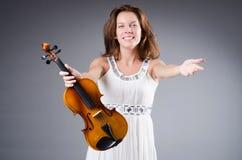 Καλλιτέχνης γυναικών με το βιολί στοκ εικόνες