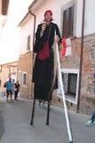 Καλλιτέχνης οδών - ο ακροβάτης στα ξυλοπόδαρα Στοκ Εικόνα