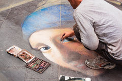 Καλλιτέχνης οδών που σύρει ένα κορίτσι Στοκ Φωτογραφία