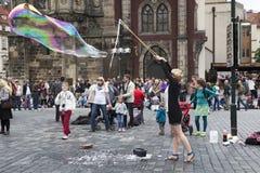 Καλλιτέχνης οδών στην παλαιά πλατεία της πόλης στην Πράγα Στοκ Φωτογραφία