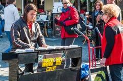 Καλλιτέχνης οδών στο παλαιό τετράγωνο ρυμούλκησης στην Πράγα Στοκ Φωτογραφίες