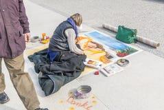 Καλλιτέχνης πεζοδρομίων, διάβαση ατόμων Στοκ εικόνες με δικαίωμα ελεύθερης χρήσης