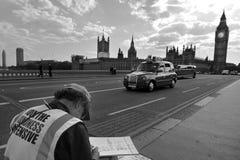 Καλλιτέχνης που επισύρει την προσοχή τον πύργο ρολογιών Big Ben στη γέφυρα του Γουέστμινστερ Στοκ Εικόνες