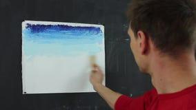 Καλλιτέχνης που εργάζεται σε μια ζωγραφική απόθεμα βίντεο