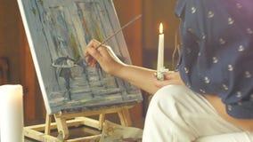 Καλλιτέχνης που εργάζεται στη ζωγραφική του φιλμ μικρού μήκους