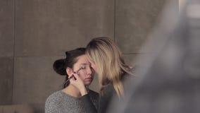 Καλλιτέχνης προτύπων και σύνθεσης στην εργασία με τη σύνθεση ματιών απόθεμα βίντεο