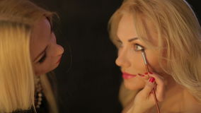 Καλλιτέχνης σύνθεσης που βάζει στη σύνθεση στα μάτια του προτύπου eye isolated make up white απόθεμα βίντεο