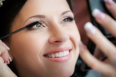 Καλλιτέχνης σύνθεσης που εφαρμόζει το υγρό eyeliner με τη βούρτσα στοκ φωτογραφία με δικαίωμα ελεύθερης χρήσης