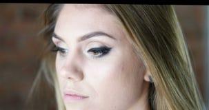 Καλλιτέχνης σύνθεσης που ισχύει eyelash makeup φιλμ μικρού μήκους
