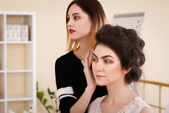 Καλλιτέχνης σύνθεσης που κάνει το κορίτσι σύνθεσης στο σαλόνι, έννοια ομορφιάς Στοκ Εικόνα