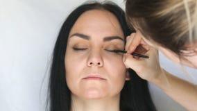 Καλλιτέχνης σύνθεσης που κάνει makeup απόθεμα βίντεο