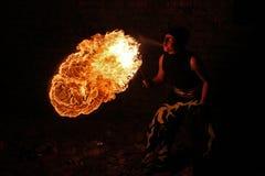 Καλλιτέχνης την ώρα της παράστασης πυρκαγιάς την αναπνοή πυρκαγιάς Στοκ Φωτογραφίες
