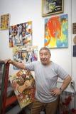 Καλλιτέχνης Expressionist στο στούντιο τέχνης του Στοκ φωτογραφία με δικαίωμα ελεύθερης χρήσης