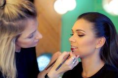 Καλλιτέχνης Makeup που εφαρμόζει το κραγιόν Στοκ εικόνα με δικαίωμα ελεύθερης χρήσης