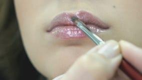 Καλλιτέχνης Makeup που κάνει να αποζημιώσει ένα μοντέρνο κορίτσι απόθεμα βίντεο