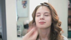 Καλλιτέχνης Makeup που κάνει να αποζημιώσει ένα νέο πρότυπο φιλμ μικρού μήκους
