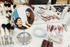 Καλλιτέχνης Makeup που κάνει makeup για τις μέσες ηλικίας γυναίκες Στοκ εικόνες με δικαίωμα ελεύθερης χρήσης