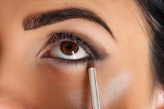 Καλλιτέχνης Makeup eyeliner Στοκ φωτογραφία με δικαίωμα ελεύθερης χρήσης