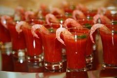 Καλλιτεχνικά διακοσμημένο ποτό της ντομάτας με τη βότκα και τις γαρίδες - είναι μια λιχουδιά από τον αρχιμάγειρα - ένα πιάτο veni στοκ εικόνες