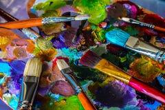 Καλλιτεχνικές βούρτσες και παλέτα Στοκ εικόνα με δικαίωμα ελεύθερης χρήσης