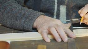 Καλλιτεχνική ξύλινη γλυπτική, κινηματογράφηση σε πρώτο πλάνο, εργαλείο/χαράζοντας εργαλείο κοντά επάνω, καλλιτεχνική ξύλινη γλυπτ φιλμ μικρού μήκους