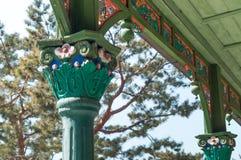 Καλλιτεχνική χρωματισμένη ξύλινη αρχιτεκτονική στην Κορέα Στοκ φωτογραφία με δικαίωμα ελεύθερης χρήσης