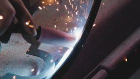 Καλλιτεχνικό σφυρηλατημένο κομμάτι Διακοσμητικά προϊόντα μετάλλων Κινηματογράφηση σε πρώτο πλάνο: σφυρηλατημένο κομμάτι τέχνης απόθεμα βίντεο