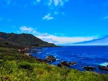 Καλιφορνέζικη ακτή μεγάλο Sur μια ηλιόλουστη ημέρα στοκ εικόνες