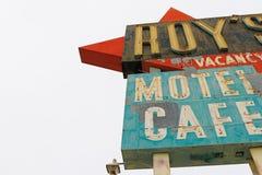 Καλιφόρνια, το μοτέλ του Roy ` s και το σημάδι καφέδων στοκ φωτογραφίες με δικαίωμα ελεύθερης χρήσης