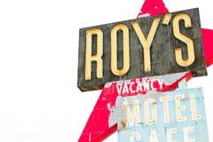 Καλιφόρνια, το μοτέλ του Roy ` s και το σημάδι καφέδων στοκ εικόνα