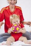 Καλοί ανεμιστήρες ποδοσφαίρου μωρών και μητέρων ισπανικοί Στοκ φωτογραφίες με δικαίωμα ελεύθερης χρήσης