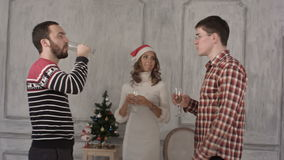 Καλοί φίλοι σε μια γιορτή Χριστουγέννων με τα γυαλιά απόθεμα βίντεο