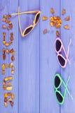 Καλοκαίρι λέξης και μορφή του ήλιου, γυαλιά ηλίου στους πίνακες, θερινός χρόνος, διάστημα αντιγράφων για το κείμενο Στοκ εικόνες με δικαίωμα ελεύθερης χρήσης