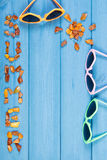 Καλοκαίρι λέξης και μορφή του ήλιου, γυαλιά ηλίου στους πίνακες, θερινός χρόνος, διάστημα αντιγράφων για το κείμενο Στοκ φωτογραφία με δικαίωμα ελεύθερης χρήσης
