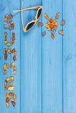 Καλοκαίρι λέξης και μορφή του ήλιου, γυαλιά ηλίου στους πίνακες, θερινός χρόνος, διάστημα αντιγράφων για το κείμενο Στοκ Φωτογραφία