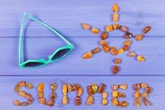 Καλοκαίρι λέξης και μορφή του ήλιου, γυαλιά ηλίου στους πορφυρούς πίνακες, θερινός χρόνος Στοκ Εικόνα