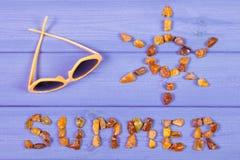Καλοκαίρι λέξης, μορφή του ήλιου και γυαλιά ηλίου στους πίνακες, θερινός χρόνος Στοκ Εικόνα