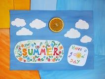 Καλοκαίρι λέξης στο παιδί applique, θετική θερινή έννοια στοκ εικόνα