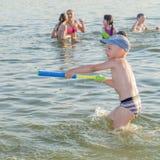 Καλοκαίρι αγάπης παιδιών και εφήβων στοκ εικόνες