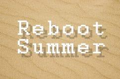 Καλοκαίρι εκ νέου αναχώρησης που γράφεται στο κίτρινο υπόβαθρο άμμου Στοκ φωτογραφία με δικαίωμα ελεύθερης χρήσης