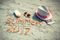 Καλοκαίρι 2017 επιγραφής, εξαρτήματα για την ηλιοθεραπεία και διαβατήριο με το δολάριο νομισμάτων στην άμμο στην παραλία, θερινός Στοκ φωτογραφίες με δικαίωμα ελεύθερης χρήσης