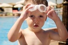 Καλοκαίρι ευτυχές παιχνίδι παιδιών στο νερό στη λίμνη Στοκ φωτογραφία με δικαίωμα ελεύθερης χρήσης