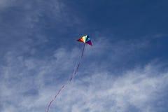 Καλοκαίρι, ικτίνος των χρωμάτων ουράνιων τόξων σε έναν μπλε ουρανό με το ελαφρύ άσπρο CL Στοκ εικόνες με δικαίωμα ελεύθερης χρήσης